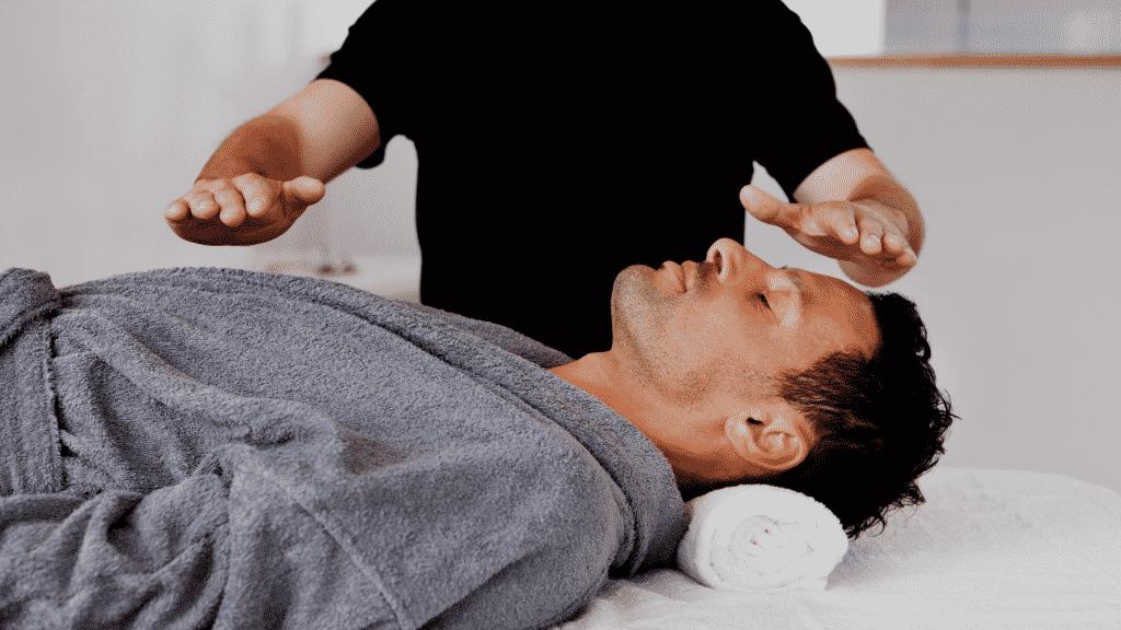 Homem em sessão de cura reconectiva