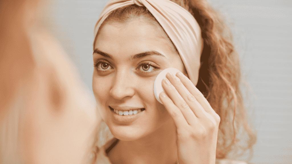 Mulher tirando maquiagem dos olhos