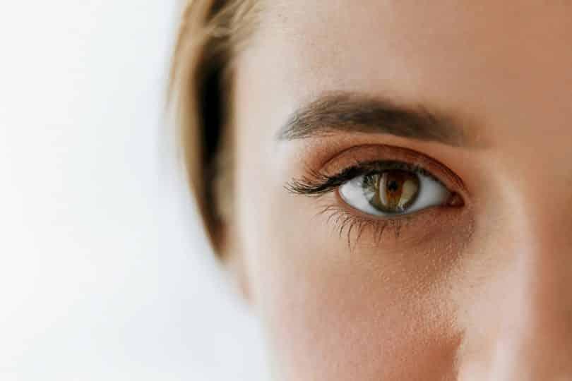 Close de um olho castanho