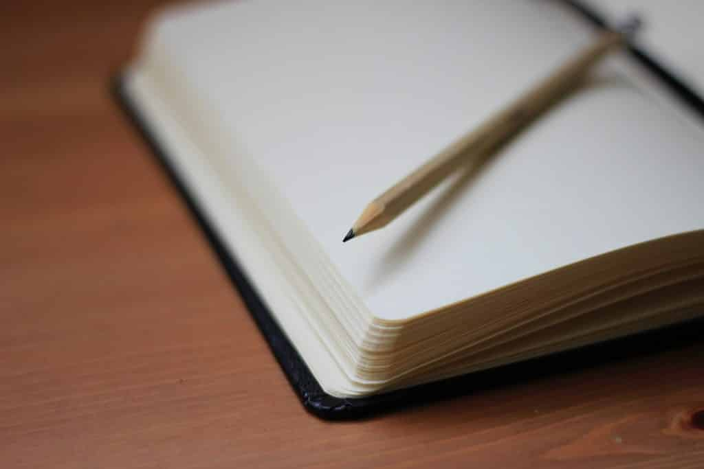 Caderno e lápis em uma mesa