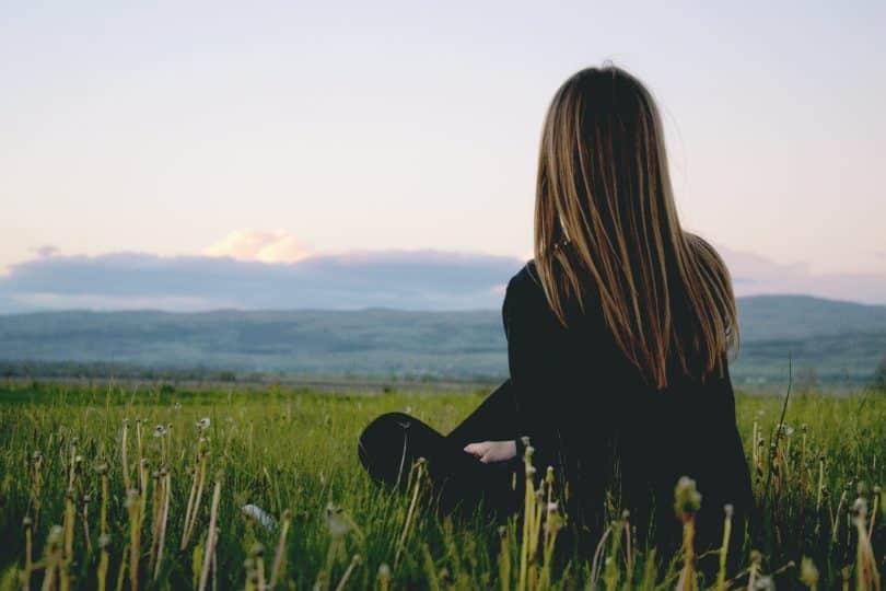 Mulher sentada em um gramado