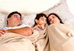 criança dormir na cama dos pais