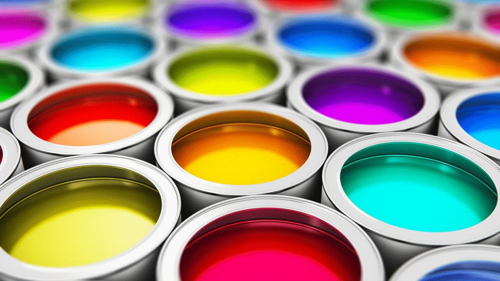 Latas de tintas coloridas