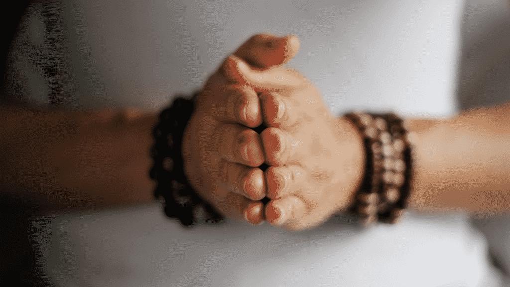 pessoa com as mãos juntas