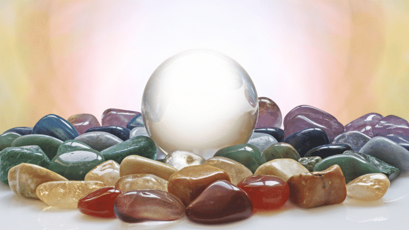 Imagem com pedras variadas sobre uma mesa