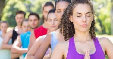 Mulheres uma atrás da outra fazendo yoga