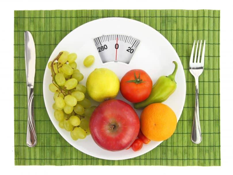 Prato com balança com algumas frutas