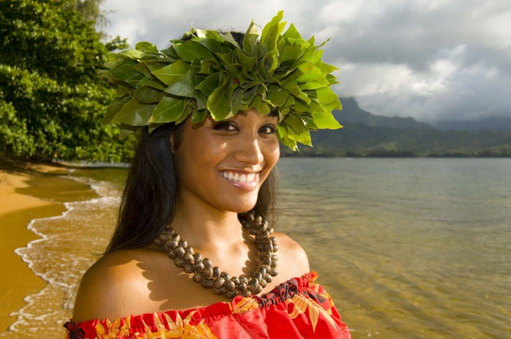 Mulher havaiana sorrindo em uma praia.