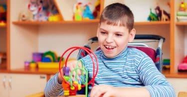 Menino autista resolvendo quebra-cabeça lógico