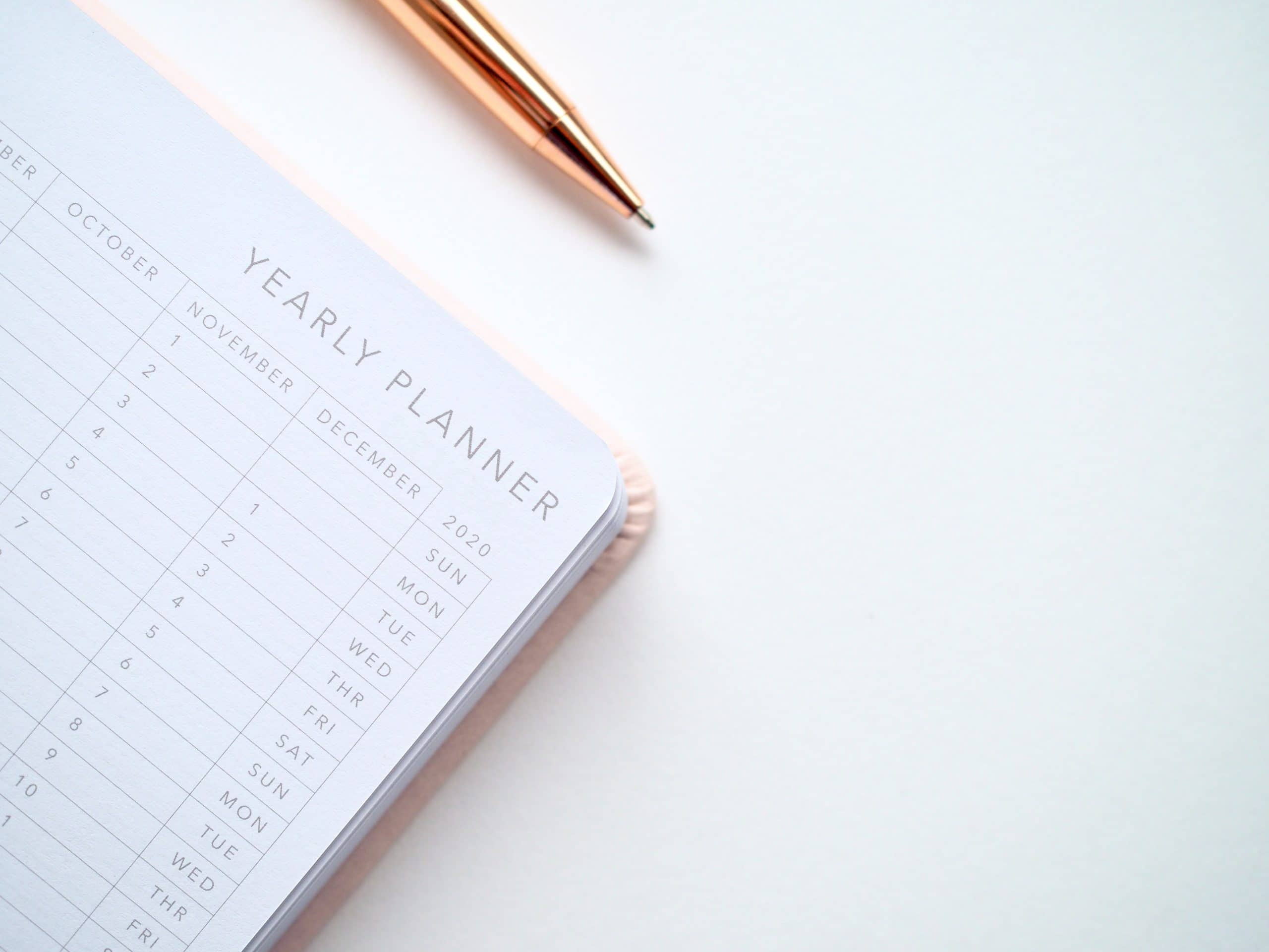 Planner e caneta vistos de cima
