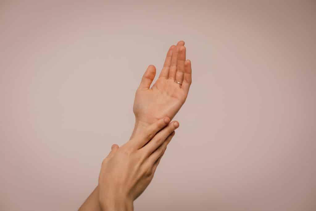 Mulher com suas mãos juntas