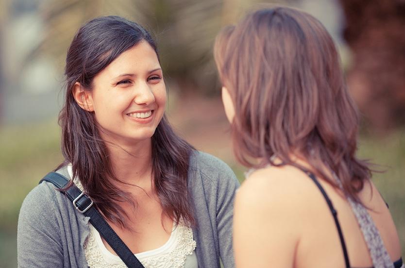 Duas mulheres conversando.