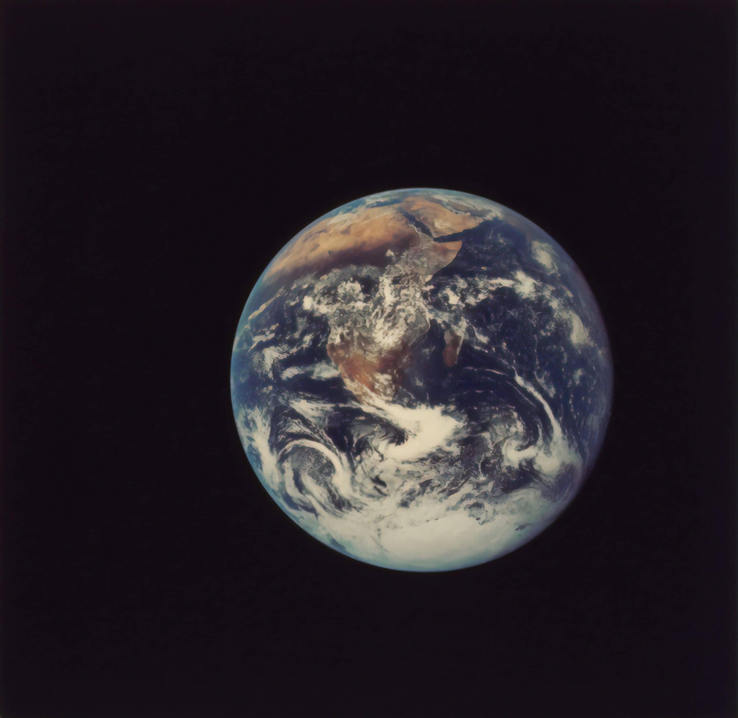 Terra vista de longe no espaço