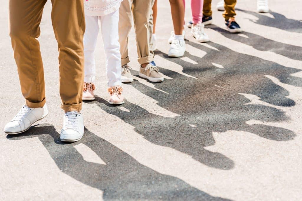 Pessoas em uma fila na rua