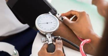 Doutora tirando a pressão do seu paciente
