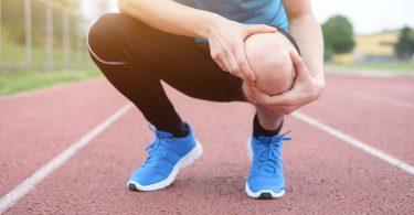 Homem branco ajoelhado com as mãos no joelho.