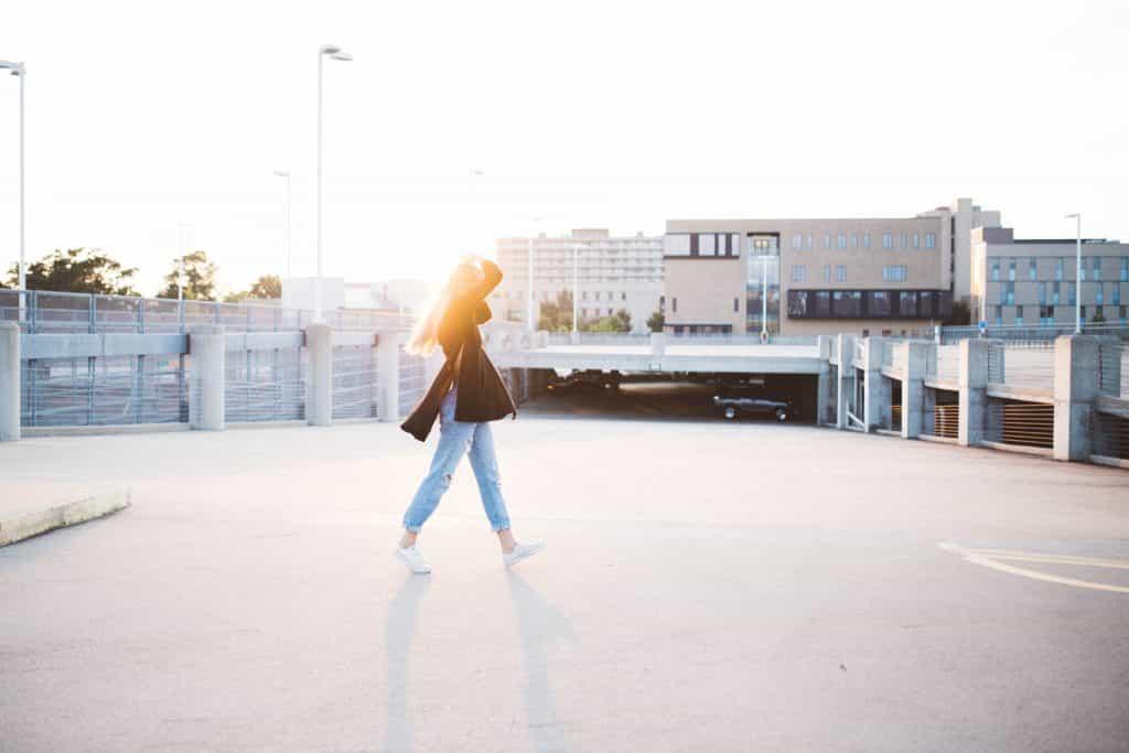 Mulher andando pela cidade