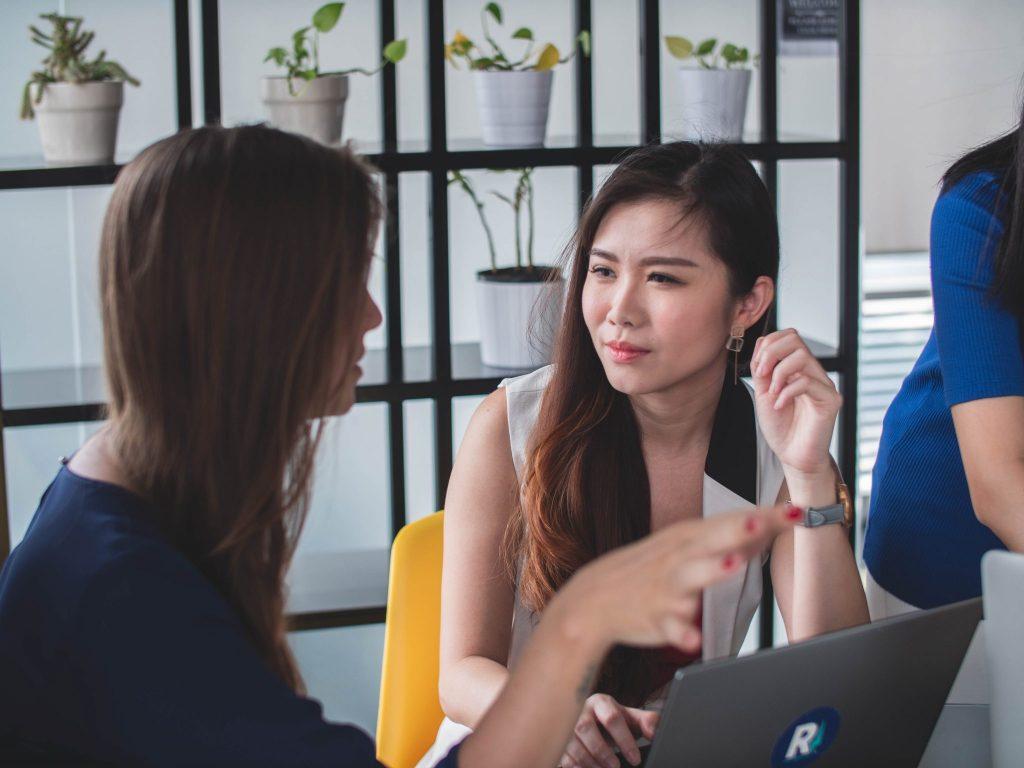 Mulheres conversando em um escritório.