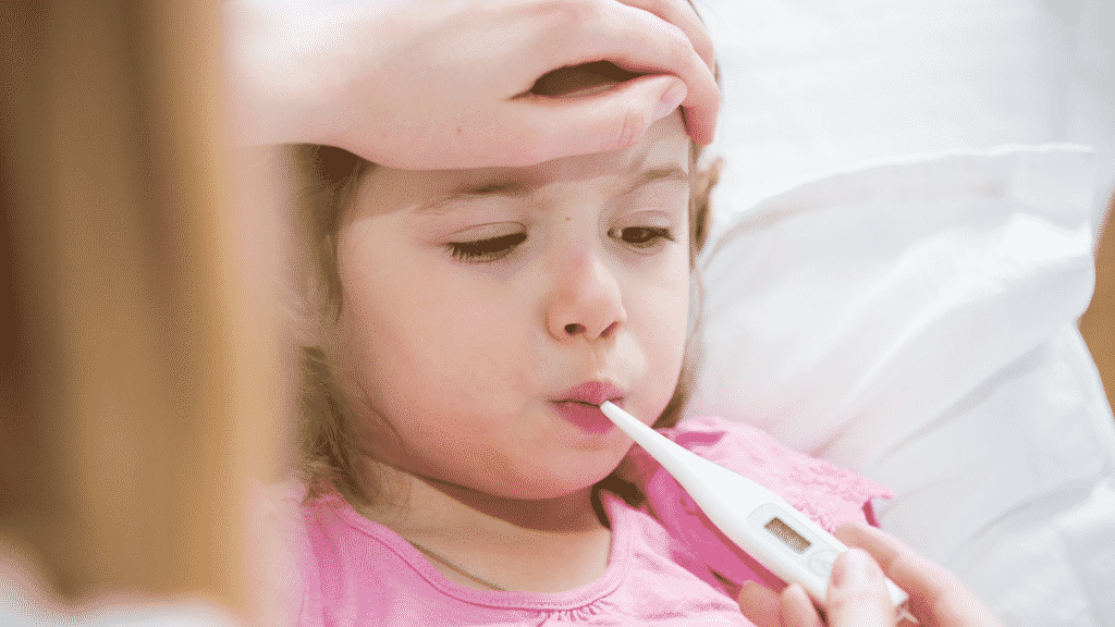 Pais checando a temperatura de filha febril