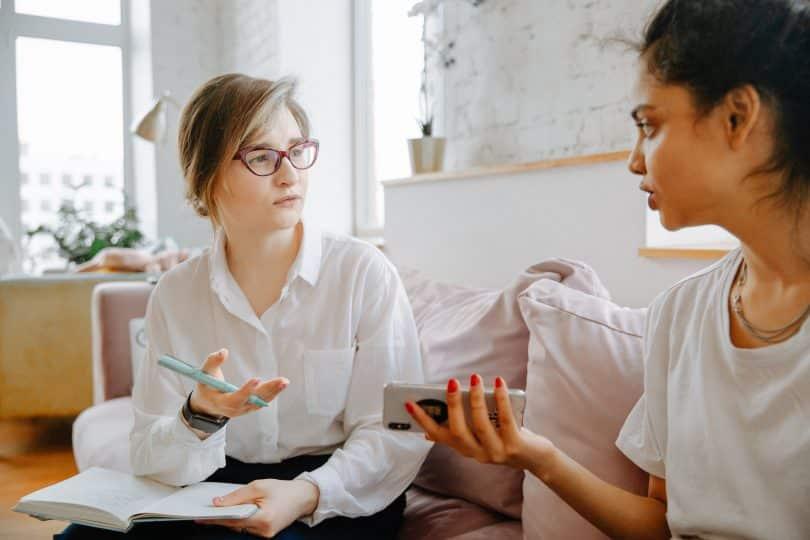 Duas mulheres conversando em um sofá