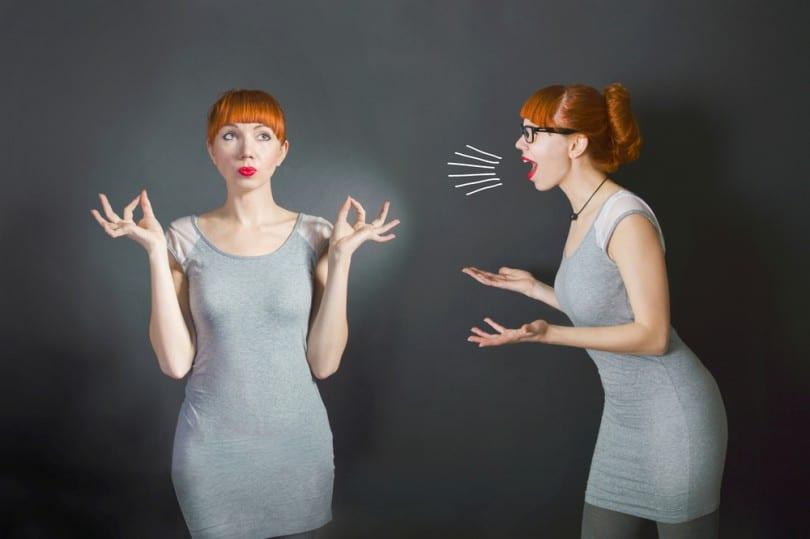 Mulher olhando para frente ao lado de outra mulher que está nervosa