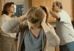 Família brigando e filha cobrindo as orelhas