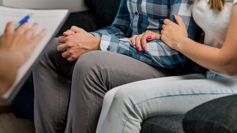 Casal em uma sessão de terapia