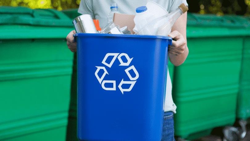 Pessoa levando lixo de reciclagem