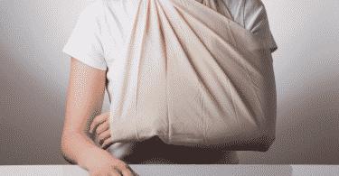 Pessoa com o braço quebrado enfaixado