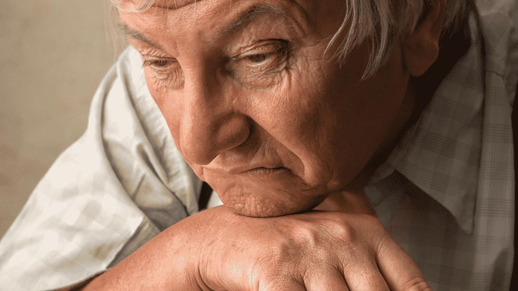 Homem idoso com Alzheimer solitário