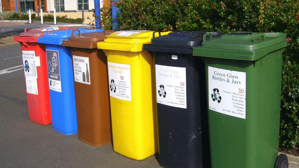 Latas de lixo coloridas para a reciclagem