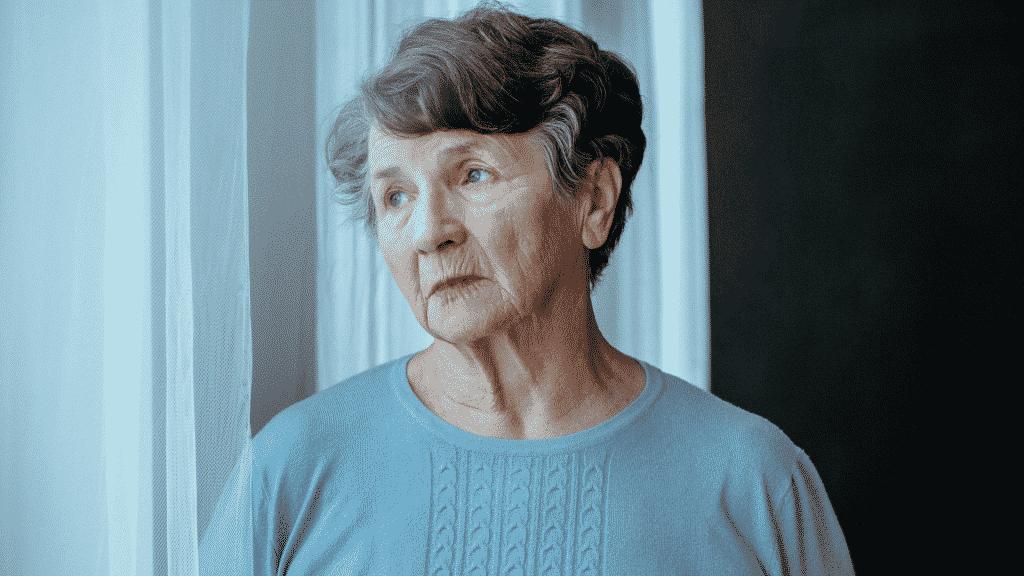 Mulher idosa com Alzheimer solitária