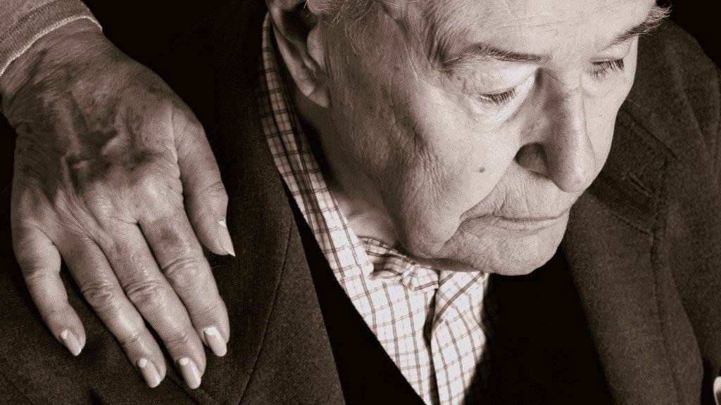 Homem idoso sofrendo de Alzheimer