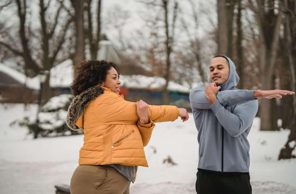 Um homem e uma mulher praticando exercícios físicos.