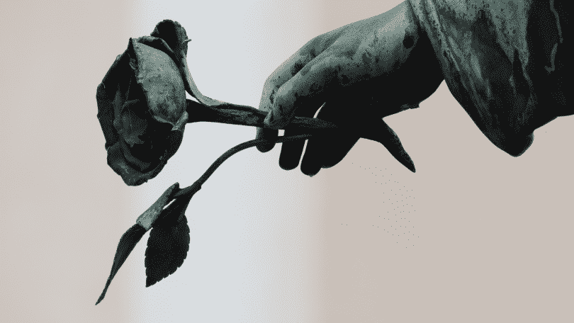 Estátua de um anjo segurando uma rosa
