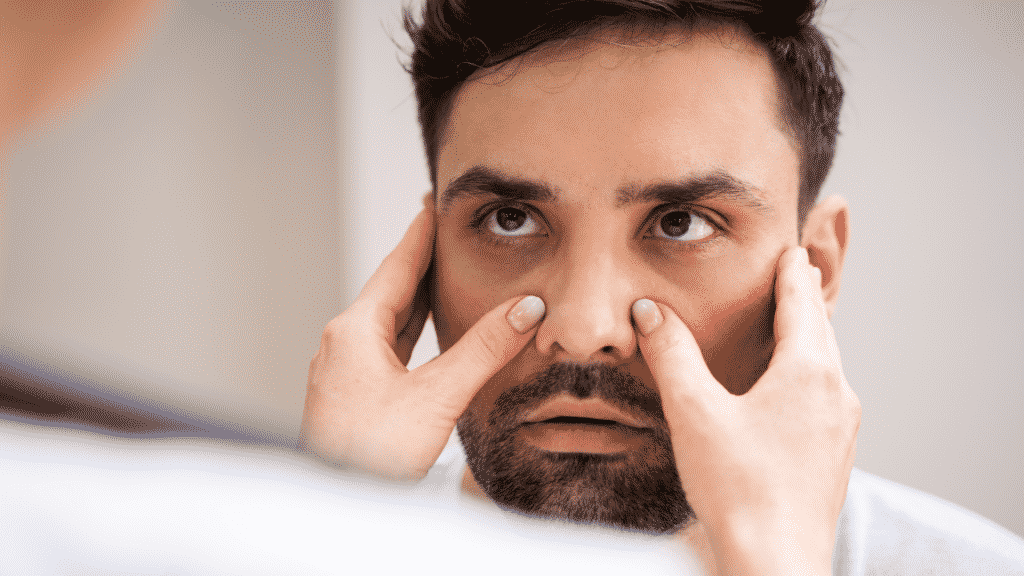 Médico examinando paciente com sinusite