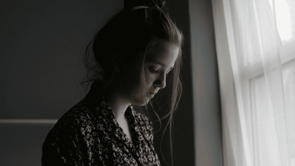 Garota triste olhando para baixo
