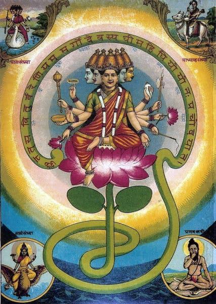 A deusa Gayatri, com cinco cabeças, dez braços e mãos, sentada em um lótus.