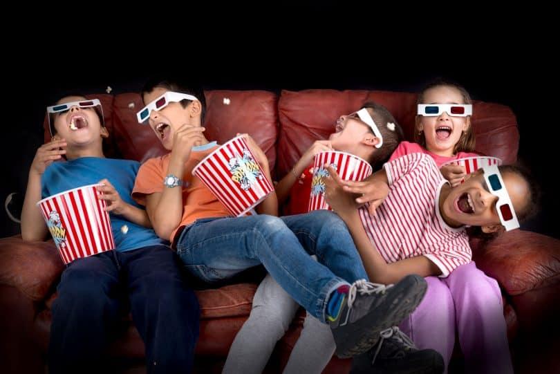 Crianças no cinema.