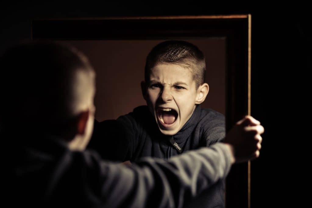 Crianças com comportamento agressivo