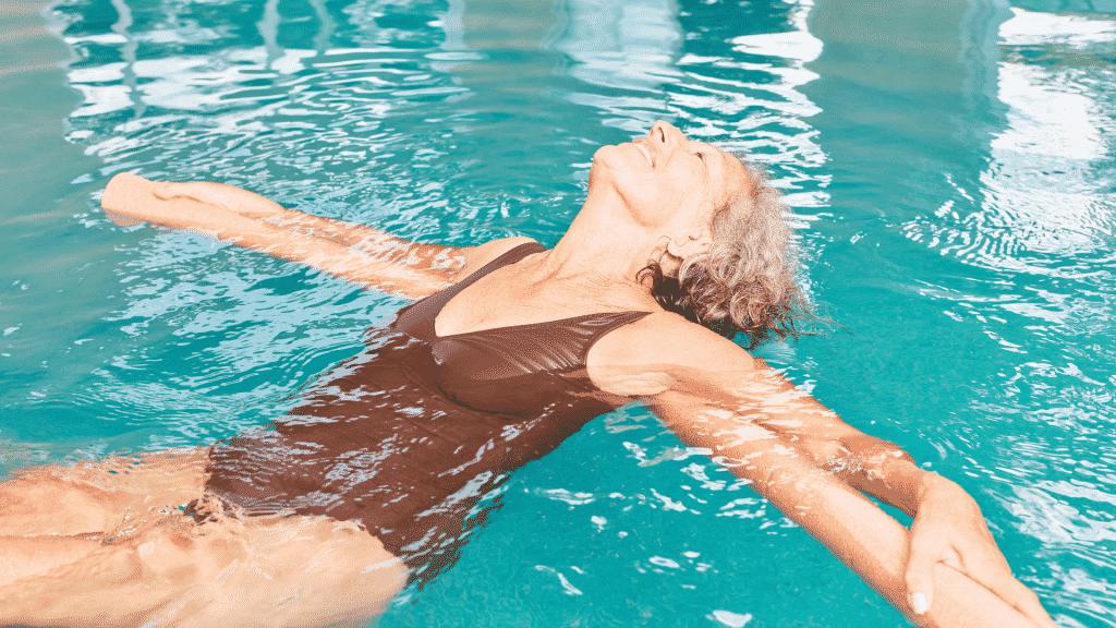 Mulher fazendo hidroterapia na piscina