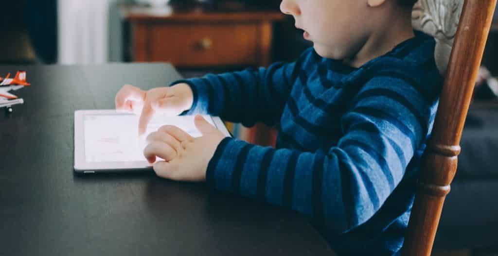 Criança jogando no tablet