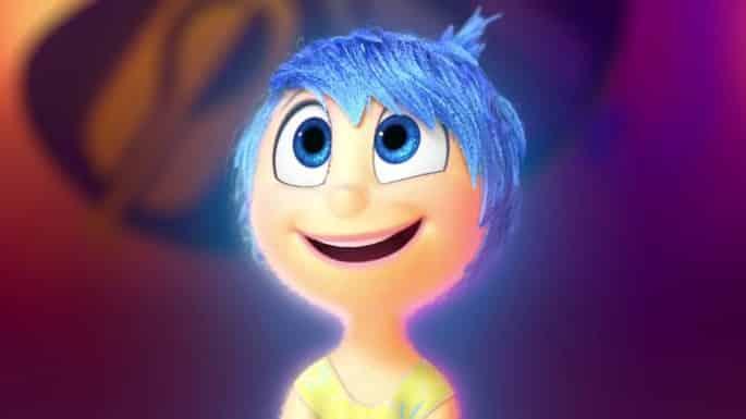Personagem Alegria olhando para cima e sorrindo
