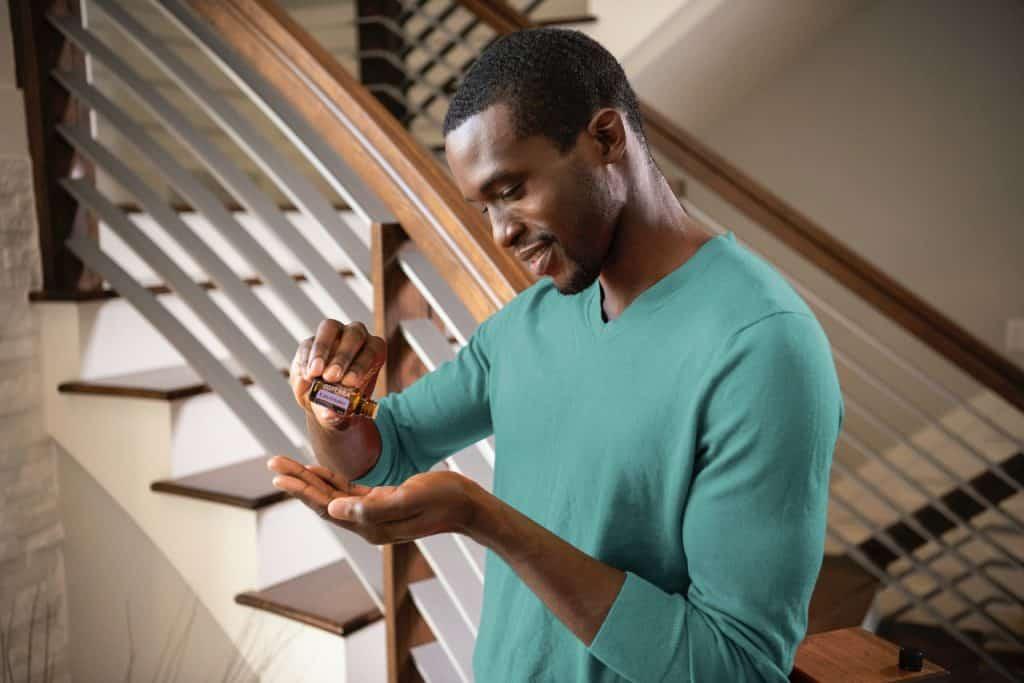 Homem negro usando lavanda.