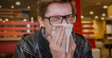 Homem com sinusite.