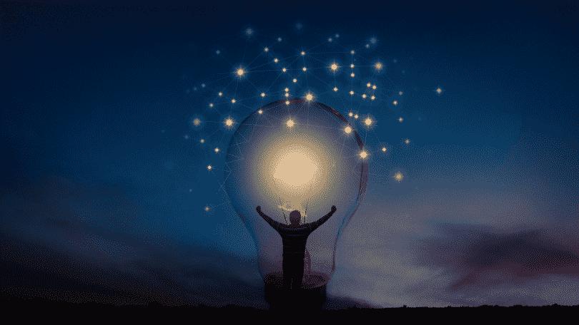 Homem dentro de uma lâmpada com os braços erguidos
