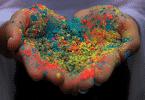 Pessoa segurando areia colorida