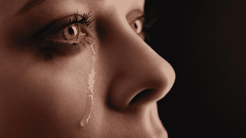 Rosto de mulher de olhos azuis chorando