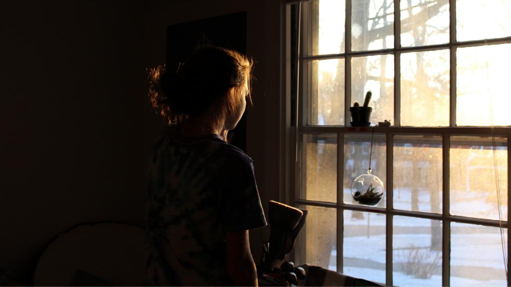 Garota olhando pela janela