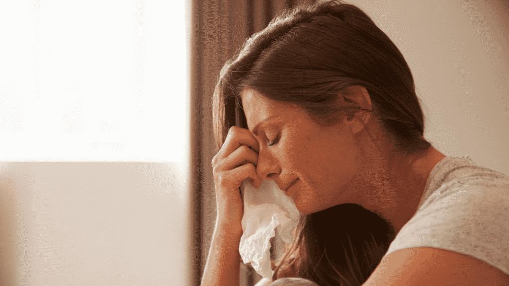 Mulher chorando no quarto